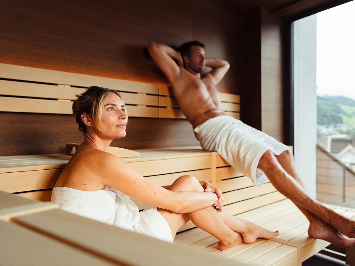 Paar genießt die Sauna